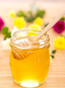 Honig besitzt antibakterielle Eigenschaften und kann eine gute Wirkung bei Lippenherpes erzielen. gefunden auf: https://www.herpes-lindern.de/faq.html