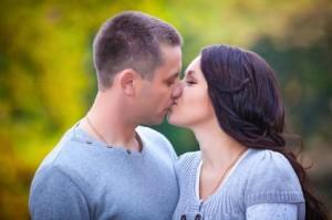 Herpesviren werden per Tröpfcheninfektion übertragen. Küsse stellen zudem eine der größten Infektionsquellen dar.